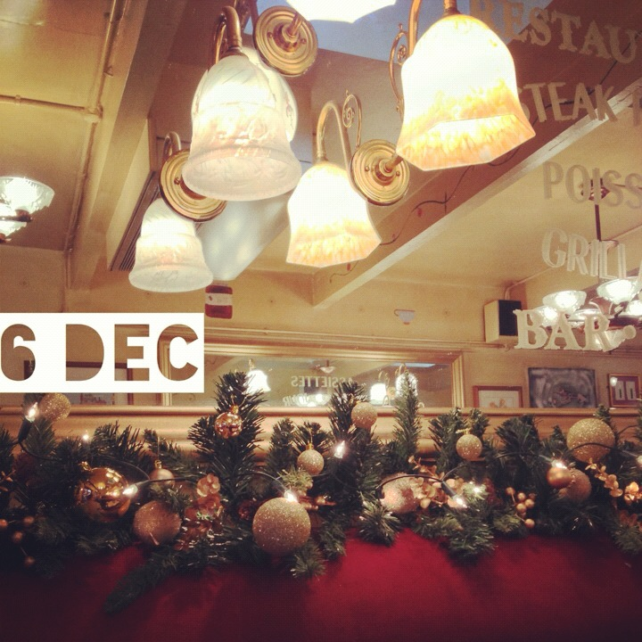 6 December – Christmas decorated cafe
